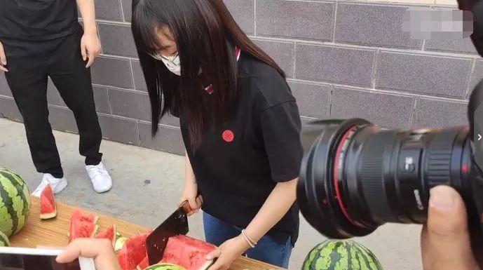 女大学生抽奖中了3万斤西瓜,领奖时懵了!网友:我来!