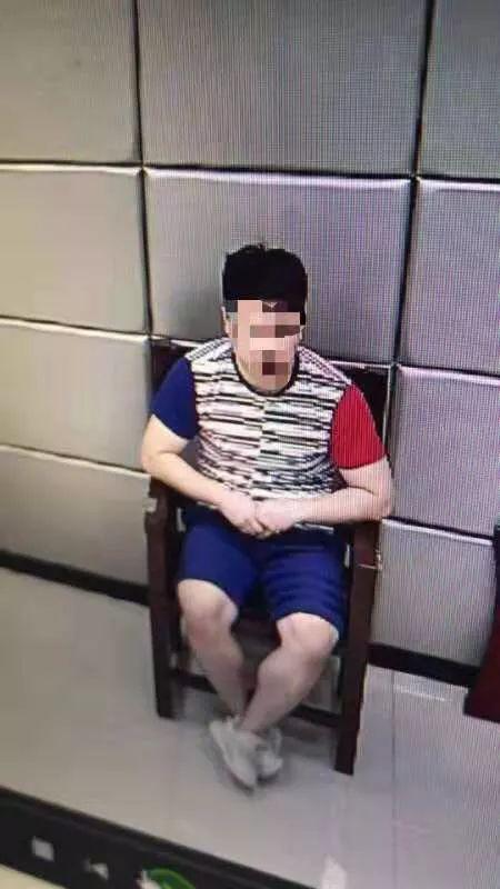 该!男子地铁扶梯上偷拍女性裙底,被拘留10日!